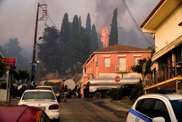 Φωτιά στην Ηλεία – Μάχη για να μη περάσει στον αρχαιολογικό χώρο της Αρχαίας Ολυμπίας